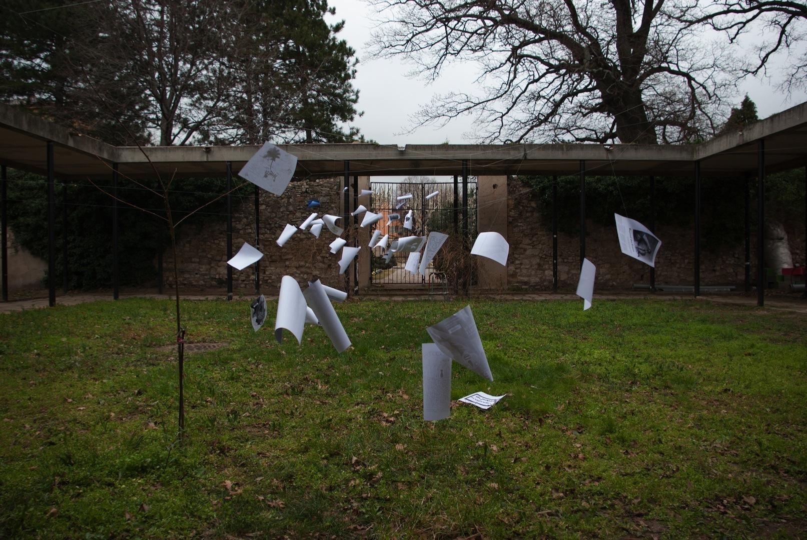 installation-papiers-mémoire-photo-vent-école d'art ESAAAix